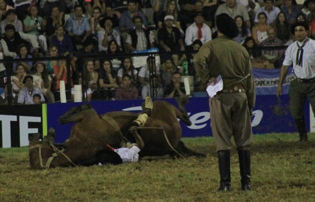 Cristian Moyano fue aplastado por el caballo