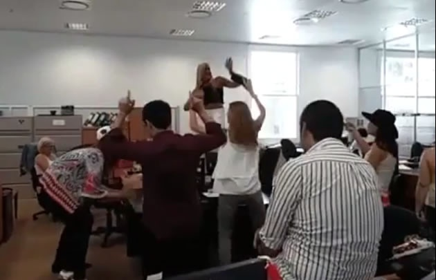 Una funcionaria de la Secretaría de Derechos Humanos bailó arriba del escritorio.