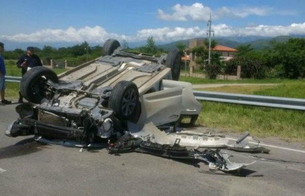 El 308 quedó destrozado, pero su conductor se salvó de milagro.