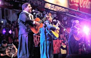 Martín Paz(izq), durante el show de Los Manseros en Jesús María 2017.