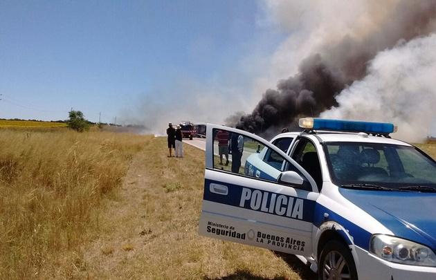 El camión volcó a raíz del humo al costado de la ruta.