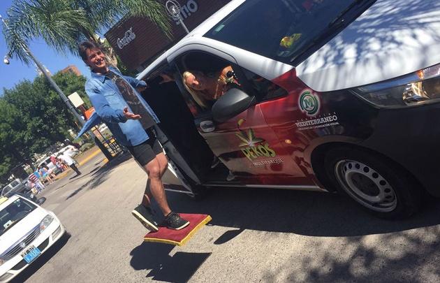 El Mago Matus sorprende con su acto de levitación en Carlos Paz.