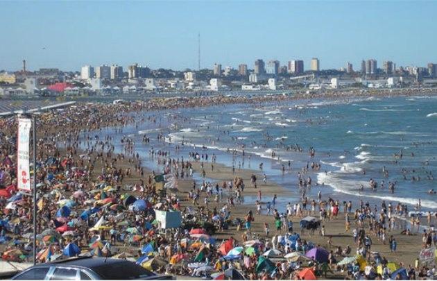 Una multitud elige Punta Mogotes este verano.