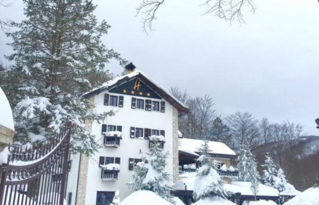 El hotel Rigopiano de Farindola, en Pescara, quedó bajó la nieve.