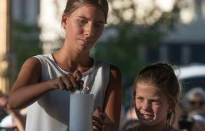 Las hijas del exfiscal Alberto Nisman encienden una vela en el acto.