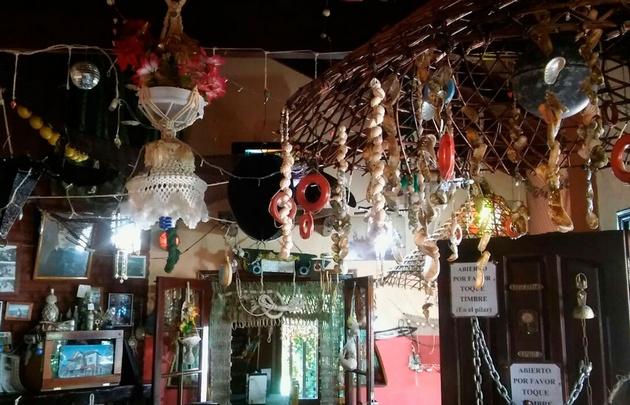 El lugar se encuentra decorado con característicos adornos marítimos.