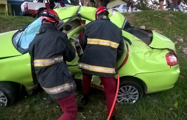 Personal del Grupo Especial de Salvamento rescató al conductor.