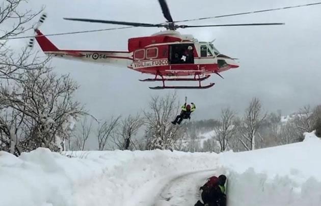 Los socorristas continúan con las tareas de rescate.