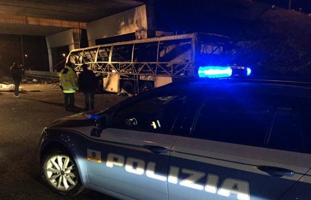 La Policía custodia el colectivo. Bomberos apagaron el fuego. (Foto: @poliziadistato)