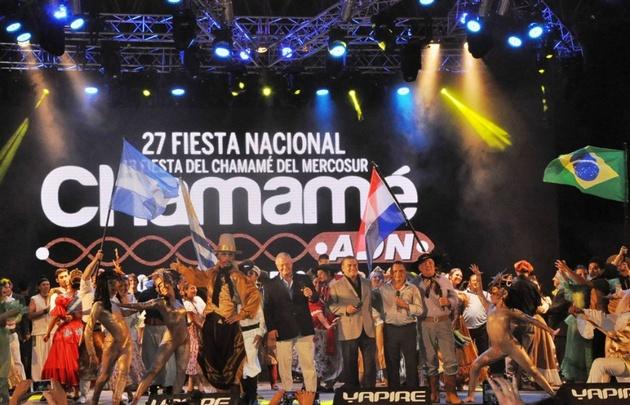 El Festival Nacional del Chamamé se desarrolla en el Anfiteatro Cocomarola.
