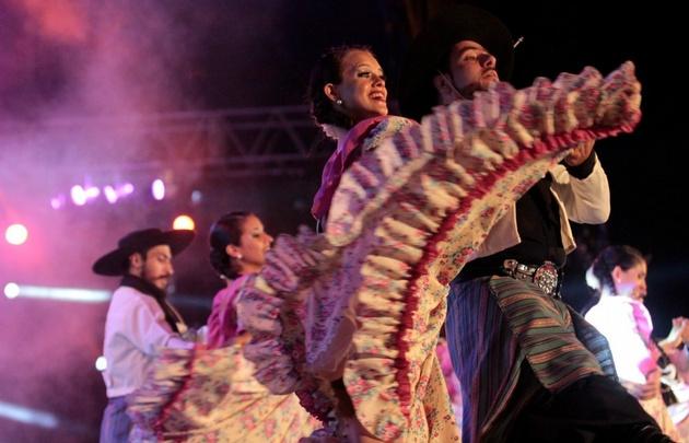 Los ballet Esencia de mi Pueblo y José Hernández en el himno del festival.
