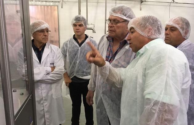 Rony Vargas visitó la fábrica de manteca Tonadita en Villa María.
