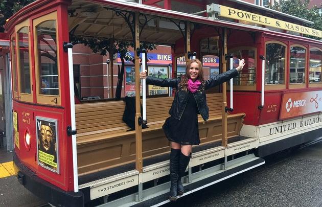 Agustina viaja en CableCar por las calles de San Francisco.