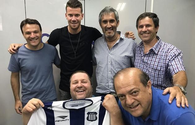 El arquero de Talleres, Guido Herrera, junto al equipo de Tiempo de Juego.