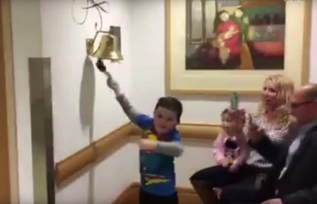 Niño festeja haber vencido el cáncer.