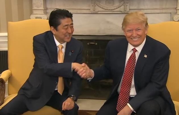 El incómodo saludo de Trump al primer ministro de Japón.