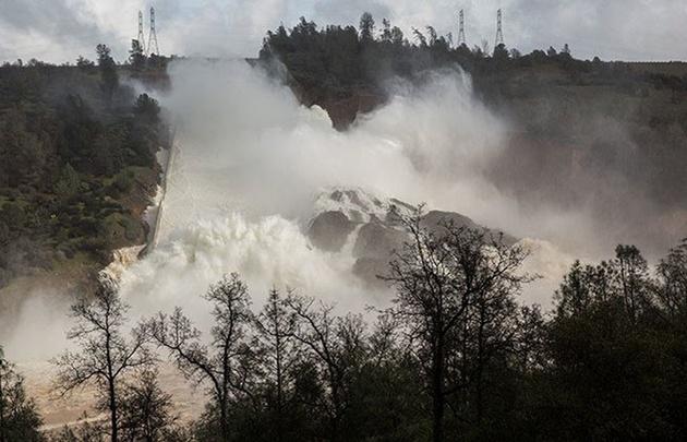 Un desborde de la represa causó gran preocupación en la zona.