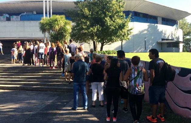 Público ingresando al Polideportivo.