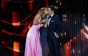 Carolina de Moras dio el paso inicial y besó a su compañero Rafael Araneda.
