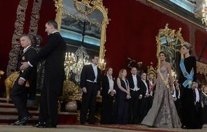 Mauricio Macri, Felipe VI, Juliana y Letizia hacen lo propio más atrás.