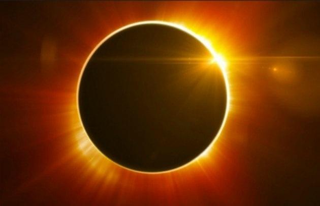 Los expertos recomiendan proyectar la imagen del Sol en una pantalla o superficie.