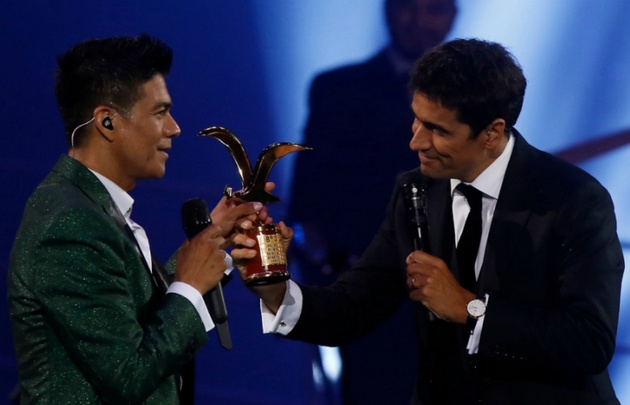 Rafael Araneda entregándole la gaviota de oro a Américo.