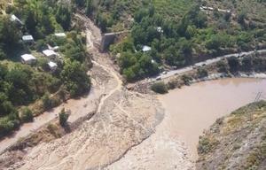 La fuerte tormenta arrastró tierra y escombros sobre el río.