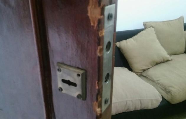 Los ladrones reventaron la puerta de ingreso para entrar.