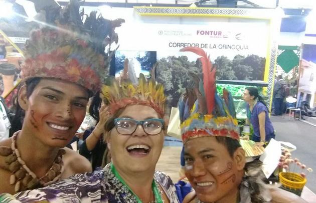 Color y alegría en el stand de Colombia junto a los aborígenes de la zona.