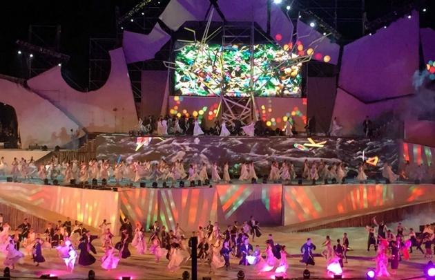 En un escenario de cinco pisos, más de mil artistas abrieron la velada (Foto: Federico Croce).
