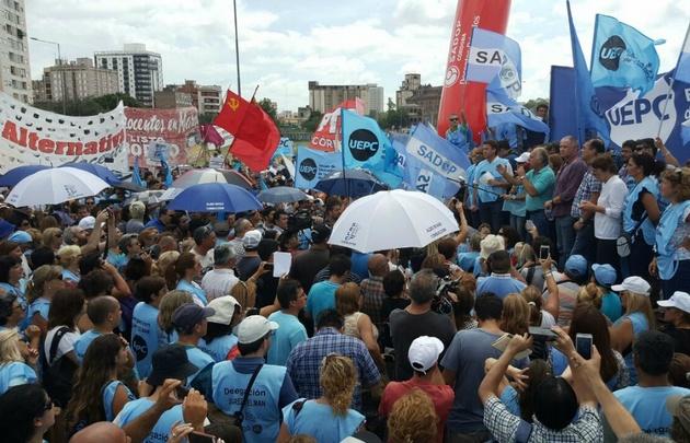 Los docentes de Córdoba continúan en pie de guerra por salarios.