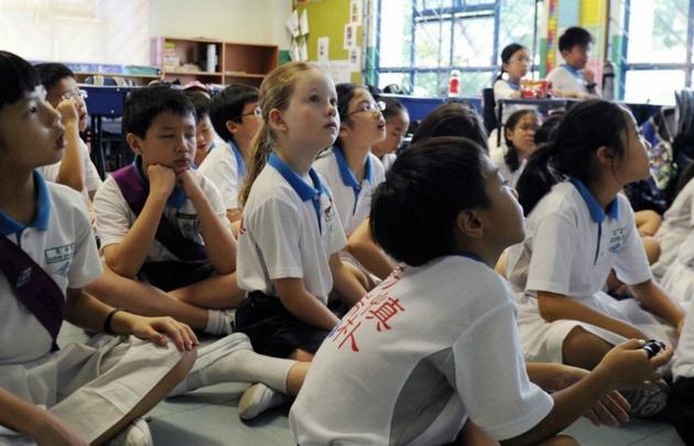 El 80% de los niños continúa sus estudios con profesores particulares.
