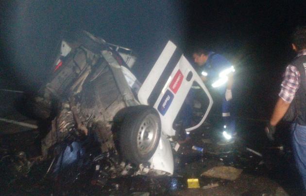 La camioneta quedó compactada, y el chofer atrapado entre hierros