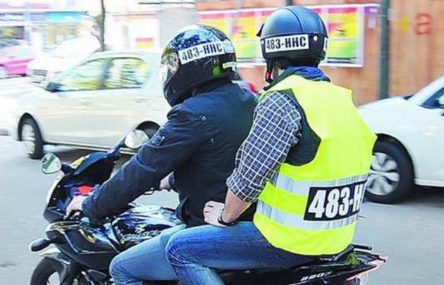El número de patente deberá verse en los cascos del conductor y del acompañante.