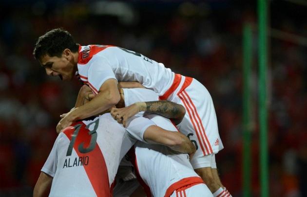 Los jugadores de River festejan el gol de Alario, que abrió el camino del triunfo.