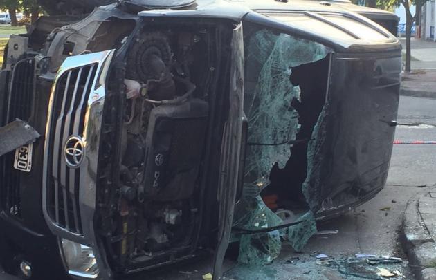 Espectacular choque entre una camioneta y un móvil policial en Córdoba.