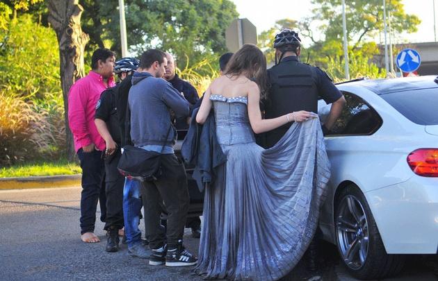 Aún vestidos de gala, los involucrados debieron quedarse por los peritajes.