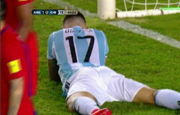 Otamendi no puede creer la oportunidad de gol que desperdició ante Chile.