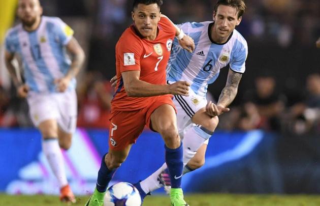 Alexis Sánchez fue un dolor de cabeza para Biglia y para todo Argentina.