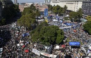 Masivo acto por el Día de la Memoria en Plaza de Mayo.