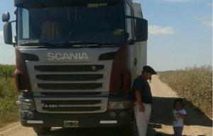 El camionero junto a la pequeña de dos años que rescató.