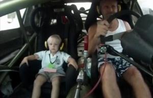 Di Palma junto a su hijo sobre su auto de TC.