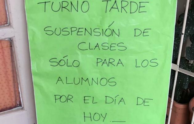 Los carteles que se colocaron avisando a los padres.