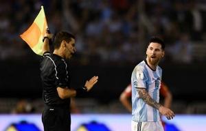 Fuera de sí, Messi insulta al lineman.