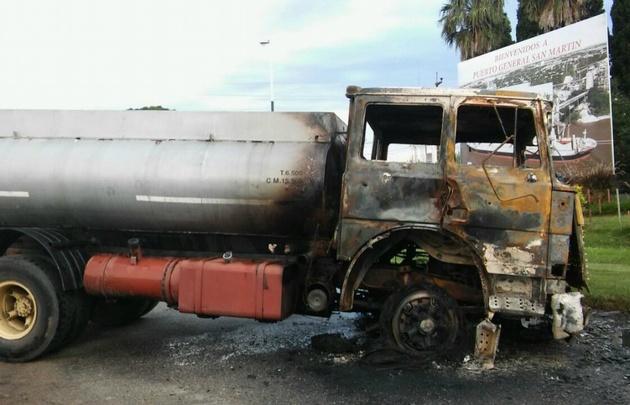 El camión se prendió fuego luego del embestir a los manifestantes.