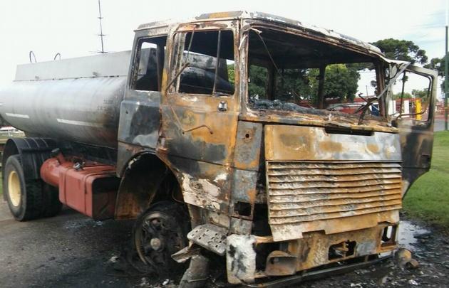 El camión fue prendido fuego por un grupo de manifestantes.