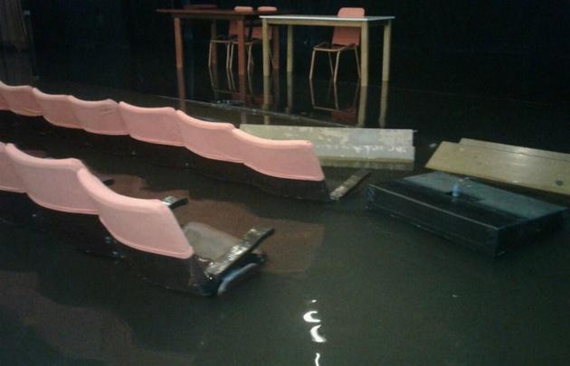 El Mini Teatro Municipal Bianchi quedó bajo el agua.