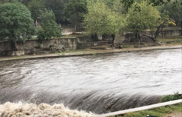 La crecida del río San Antonio ayudaría a aliviar el tema de las algas del San Roque.