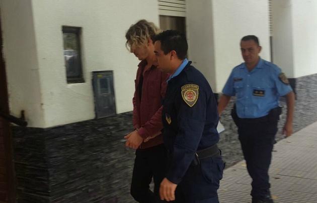 Sánz al ser trasladado a la cárcel de Bouwer.