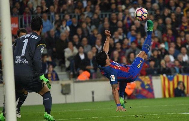 Suárez abrió la goleada del ''Barsa'' con una chilena (Foto: @ActualFCB)